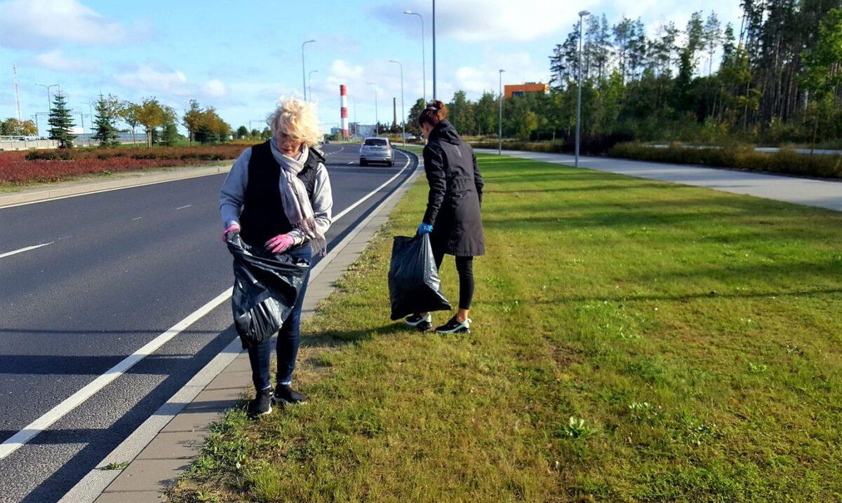 Старейшина района Кесклинн Моника Хауканымм убирает мусор.  Фото: Tallinna Kesklinna valitsus.